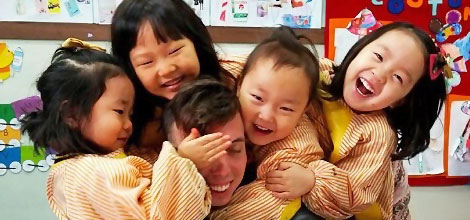 i-to-i TEFL Teacher and Kids Huddle