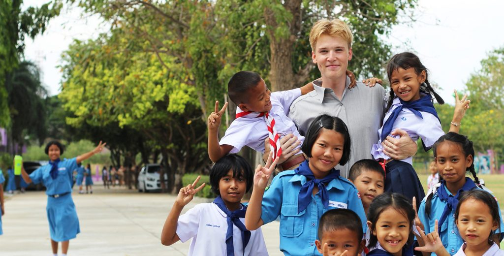 TEFL teacher with pupils| i-to-i