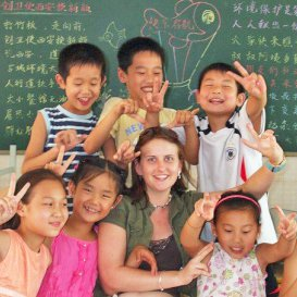 http://i-to-i%20TEFL%20intern%20in%20front%20of%20blackboard%20with%20pupils