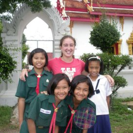 http://i-to-i%20TEFL%20intern%20with%20pupils%20in%20front%20of%20temple%20South%20Korea