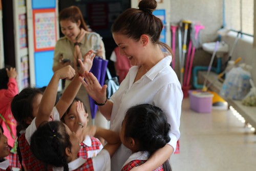 i-to-i TEFL teacher with students in Ayutthaya, Thailand