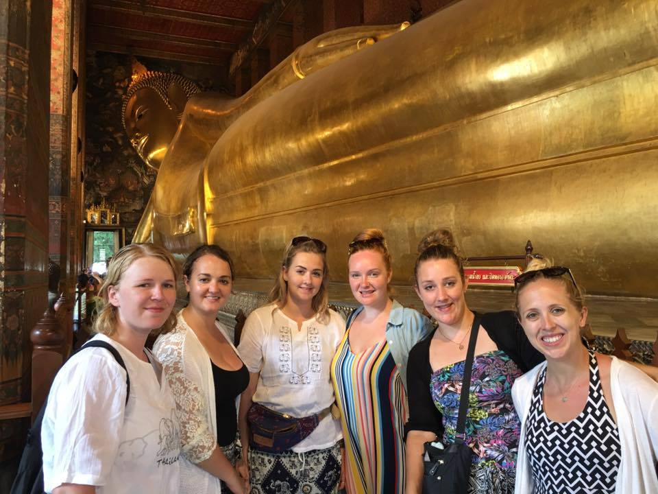 i-to-i Thailand interns together in front of a statue of the Buddha