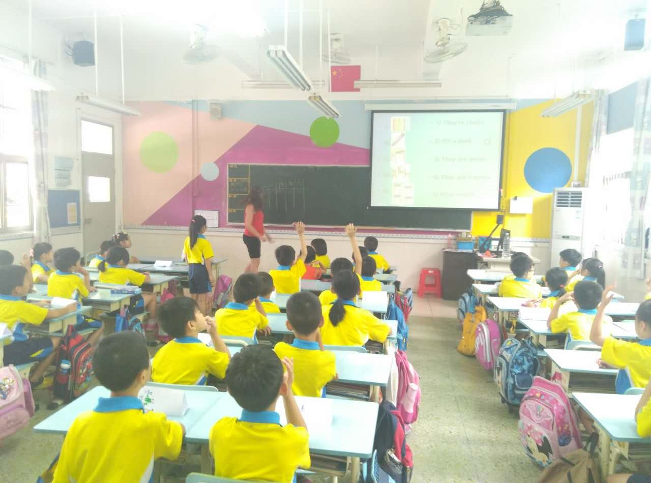 i-to-i China intern Danni teaching her class in Foshan, China
