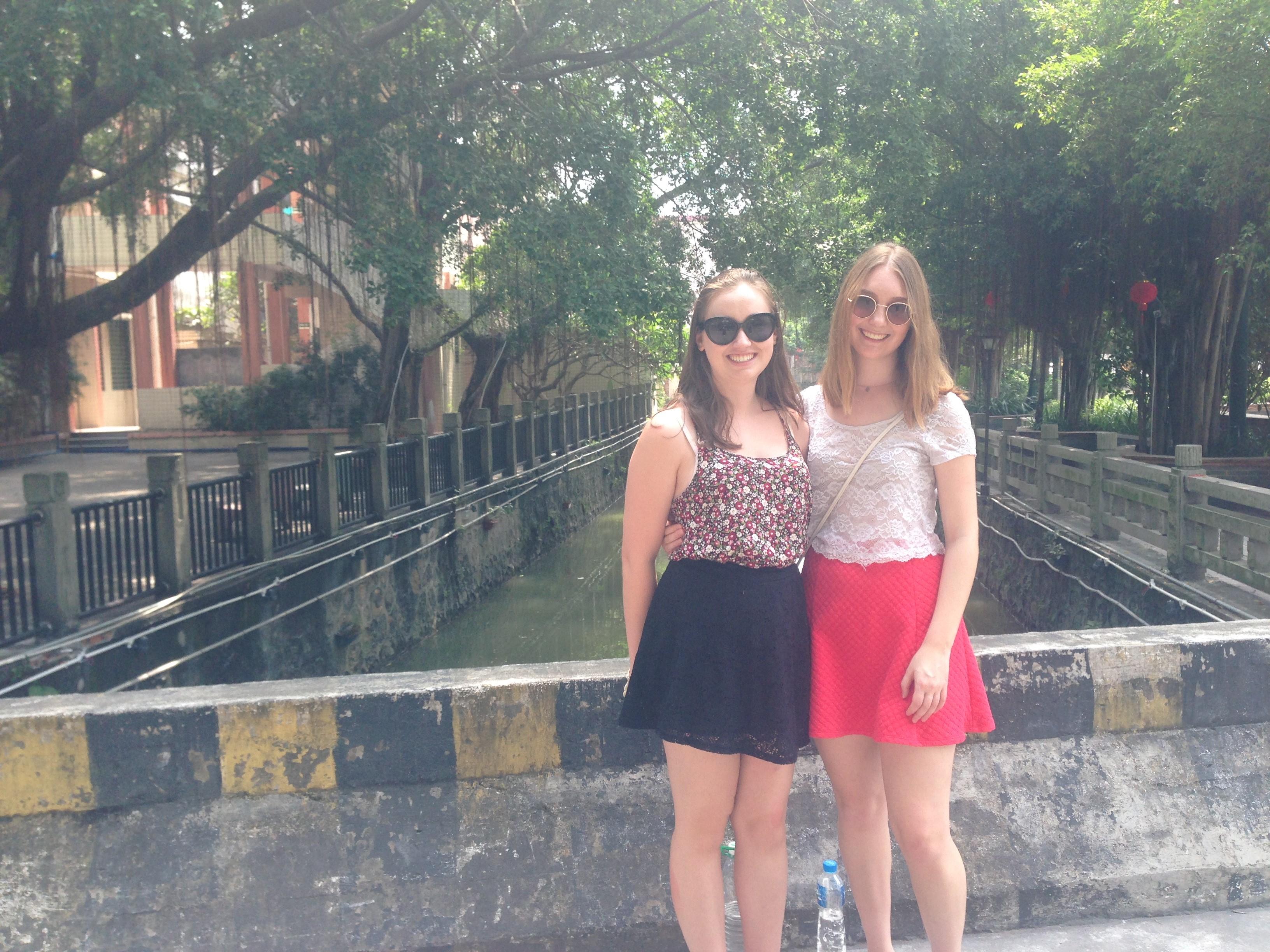 i-to-i China TEFL interns in Shun De water village, China