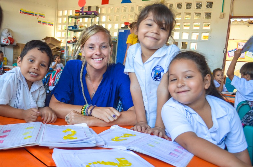 Smiling TEFL teacher in Colombia with students