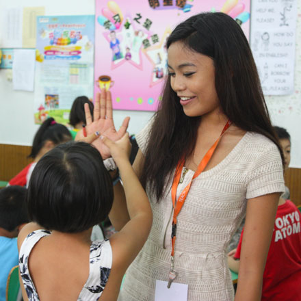tefl teacher in china high five with child