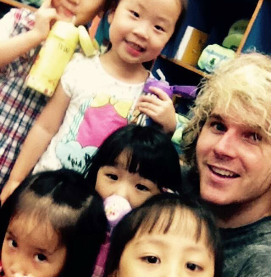 tefl teacher with students in taiwan