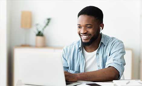 man doing tefl online